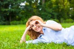детеныши женщины красивейшей травы ослабляя Стоковая Фотография