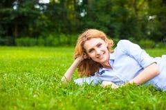 детеныши женщины красивейшей травы ослабляя Стоковое Изображение