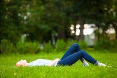 детеныши женщины красивейшей травы ослабляя Стоковые Фото