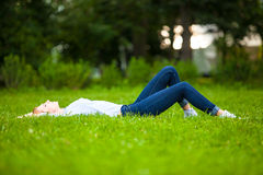 детеныши женщины красивейшей травы ослабляя Стоковое Изображение RF