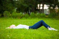 детеныши женщины красивейшей травы ослабляя Стоковые Изображения RF