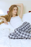 детеныши женщины кровати лежа Стоковая Фотография RF