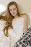 детеныши женщины кровати лежа Стоковое Изображение RF