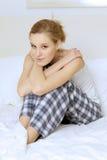 детеныши женщины кровати сидя Стоковое Фото