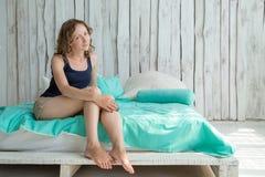 детеныши женщины кровати счастливые Стоковые Изображения RF