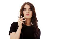 детеныши женщины курить сигареты Стоковые Изображения RF