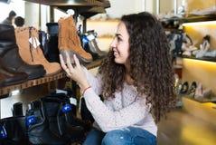 детеныши женщины магазина ботинка Стоковое Фото