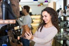 детеныши женщины магазина ботинка Стоковое Изображение RF