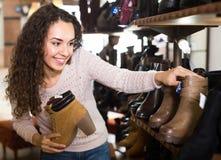 детеныши женщины магазина ботинка Стоковые Фотографии RF