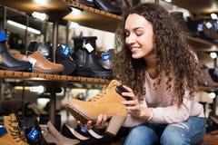детеныши женщины магазина ботинка Стоковые Изображения RF