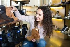детеныши женщины магазина ботинка Стоковое Изображение