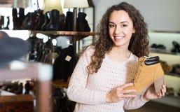 детеныши женщины магазина ботинка Стоковые Фото