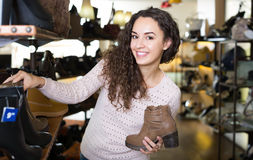 детеныши женщины магазина ботинка Стоковая Фотография