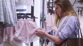 детеныши женщины магазина одежды Стоковое фото RF
