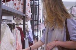 детеныши женщины магазина одежды Стоковые Фото