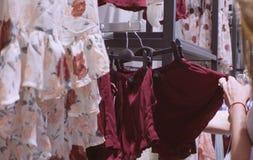 детеныши женщины магазина одежды Стоковое Фото