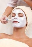 детеныши женщины маски глины лицевые Стоковое фото RF