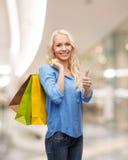 детеныши женщины мешков ходя по магазинам сь по магазинам Стоковые Изображения