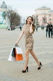 детеныши женщины мешков ходя по магазинам сь по магазинам Стоковая Фотография RF