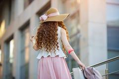 детеныши женщины мешков ходя по магазинам Стоковое фото RF