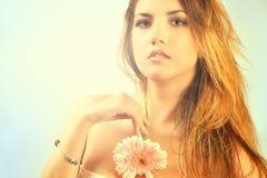 детеныши женщины напольного портрета милые Мягкие солнечные цветы красивейшая девушка Стоковое фото RF