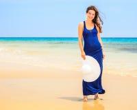 детеныши женщины океана пляжа Стоковое фото RF