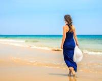 детеныши женщины океана пляжа Стоковая Фотография