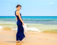 детеныши женщины океана пляжа Стоковые Фото