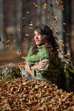 детеныши женщины осени напольные Стоковое Фото