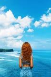 детеныши женщины острова formentera пляжа Счастливая свободная женщина ослабляя морским путем черная изолированная свобода принци Стоковое фото RF