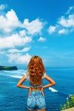 детеныши женщины острова formentera пляжа Счастливая свободная женщина ослабляя морским путем черная изолированная свобода принци Стоковые Фото