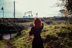детеныши женщины парка гуляя Стоковая Фотография RF
