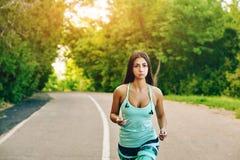 детеныши женщины парка идущие Стоковая Фотография