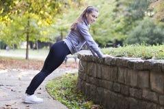 детеныши женщины парка идущие Стоковые Изображения RF