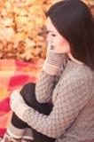 детеныши женщины парка осени красивейшие Стоковое фото RF