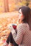 детеныши женщины парка осени красивейшие Стоковое Изображение RF