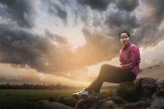 детеныши женщины парка сидя Стоковое Изображение