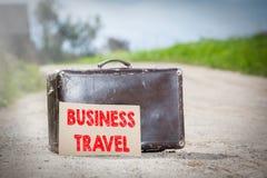 детеныши женщины перемещения пущи дела осени Старый чемодан путешествовать на проселочной дороге Стоковые Фото