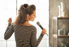 детеныши женщины петь микрофона Стоковое Изображение