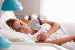 детеныши женщины портрета кровати лежа Стоковые Фотографии RF