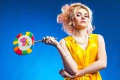 детеныши женщины портрета lollipop Стоковое Изображение RF