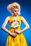 детеныши женщины портрета lollipop Стоковые Фотографии RF