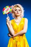 детеныши женщины портрета lollipop Стоковое фото RF