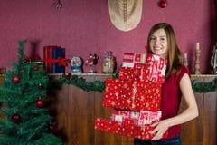 детеныши женщины подарков на рождество сь Стоковые Изображения