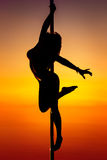 детеныши женщины полюса танцульки Стоковая Фотография