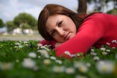 детеныши женщины поля зеленые Стоковое фото RF