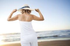 детеныши женщины пляжа гуляя Стоковая Фотография