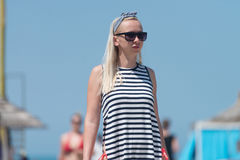 детеныши женщины пляжа гуляя Стоковые Изображения RF