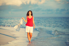 детеныши женщины пляжа гуляя Стоковые Фото