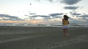 детеныши женщины пляжа идущие акции видеоматериалы